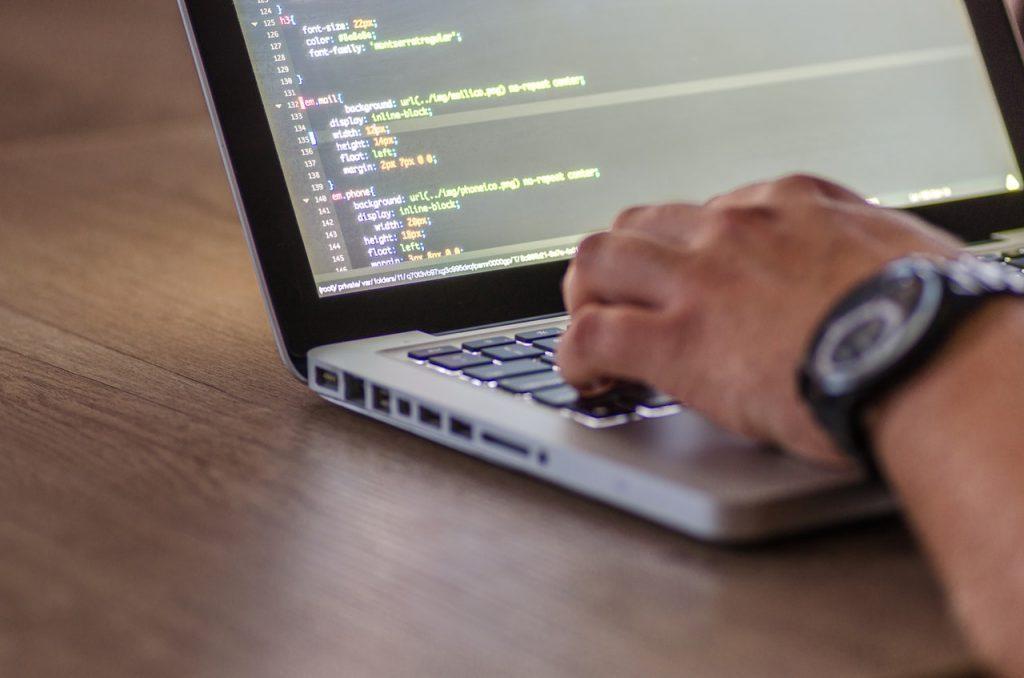 Nietypowe zalety korzystania z outsourcingu programistycznego