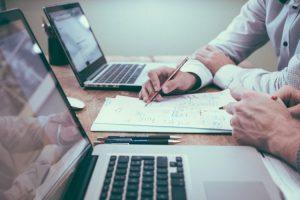 Wady i zalety body leasingu i outsourcingu programistycznego